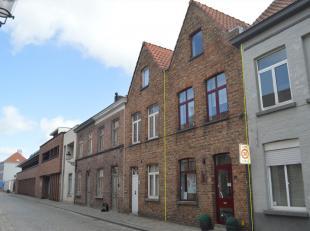 Een gebouw met momenteel kapsalon en leefruimte op enkele passen van de Markt in hartje Brugge. Werden o.a. nog vernieuwd: dak ('95), dubbele beglazin