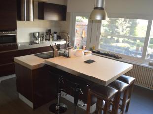 Grotendeels gerenoveerde woning met zonneterras, twee badkamers, grote leefruimte met open en ingerichte recente keuken in de béste buurt van B