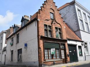 Op enkele passen van de Markt, in super hartje Brugge, bevindt zich deze karaktervolle, te renoveren hoekwoning met trapgevel en grote garage/werkplaa
