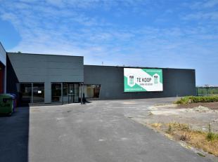 Langsheen de Torhoutse Steenweg, drukke baan met tal van grote zaken, bevindt zich dit zéér ruim gebouw met o.a. showroom (350m²),