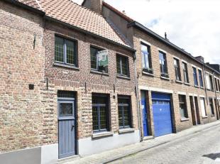 Karaktervolle woning gelegen op enkele passen van de markt en Vesten te Brugge centrum. De woning werd compleet gerenoveerd in 1997 zoals o.a. elektri