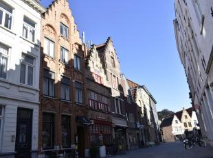 Een groot en zéér karaktervol pand met handelszaak op het gelijkvloers en ruime woonst met zonneterras in super hartje Brugge, tussen he