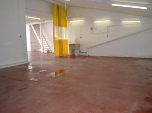 Deze grote garage heeft een oppervlakte van 96 m². Er zijn ook een handige opbergzolders aanwezig. Vooraan lijkt het een gewone garage maar die w