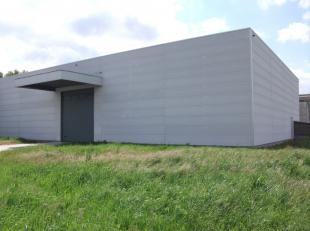 Zo goed als nieuwe ('08) opslagruimte met een grote oppervlakte van 572 m² op enkele kilometers van Brugge. Hoge inrijpoort (4m) en twee ingangsd