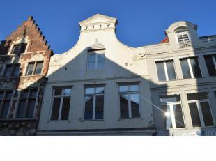 Een verzorgd, instapklaar duplex appartement op enkele passen van het Belfort en het Zand in hartje Brugge. Zijn o.a. aanwezig: dubbel glas met hout,