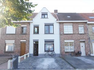 In het hartje van Sint-Jozef bevindt zich deze goed onderhouden woning met mog. tot vier kamers en zonneterras. Allemaal nieuwe ramen ('10) met PVC, g