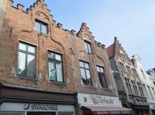 Een ruim duplex appartement in de winkelstraat van Brugge centrum. Hier is een ruime leefruimte aanwezig met keuken, balkon en berging. Op de tweede v