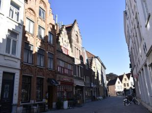 Een groot en zéér karaktervol gemeubeld triplex appartement met terras te huur in de Dweersstraat, super hartje Brugge, tussen het Zand