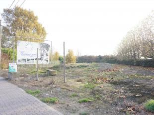 Twee stukken bouwgrond voor half open woningen met tuinen op slechts enkele meters van Koolskamp centrum en autostrade. Het ene stuk is 839.7m² e