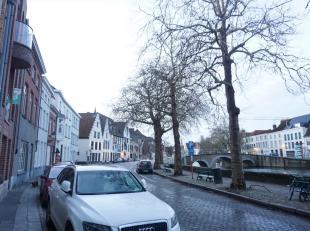 Langsheen de Potterierei bevindt zich een zéér ruim (148m² bewoonbare oppervlakte) appartement met drie slaapkamers, twee badkamers