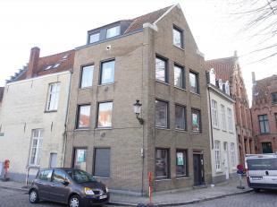 Naast de Sint-Annakerk bevindt zich dit gebouw met vier appartementen met elk één slaapkamer. Het gebouw werd recent nog aangepakt en vo