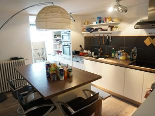 Studio en triplex appartement gelegen op de eerste, tweede, derde en vierde verdieping in hartje Brugge. Werd in 2000 grotendeels gerenoveerde met apa