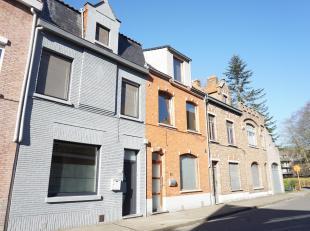 Zéér recent gerenoveerde gezinswoning met vier kamers, tuin, fietsenberging en grote garage met super handige uitweg nabij de Kruispoort