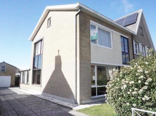 Nabij de Damse Vaart bevindt zich deze stevige, ruime en goed gelegen woning met drie kamers, veranda, zonnige tuin en grote garage. Er is een super h