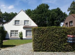 Deze ruime villa is gelegen in een rustige, residentiële wijk, op loopafstand van de scholen en in de nabijheid van het openbaar vervoer, de E314