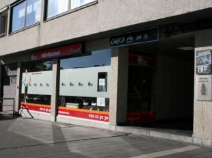 Handelspand van 49,64 m² gelegen in het centrum van Genk, tegenover Shopping1.<br /> Geschikt voor vrij beroep, kantoor, dans- of sportzaal.<br /