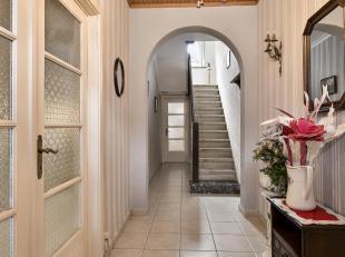 Deze solide halfopen woning bestaat op het gelijkvloers uit een inkomhal, lichtrijke leefruimte, badkamer (met bad + douche en twee wastafels), bergin