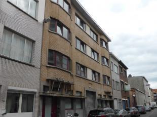 Bijzonder goed gelegen appartementsblok met 18 wooneenheden, fietsenstalling en grote garage in het gebouw. Het gebouw is opgesplitst in 2 helften met