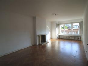 SCHAERBEEK, dans le quartier Plasky/Émeraude, bel appartement de ±98m² habitables au 3ème étage/7. Comprenant: hall d
