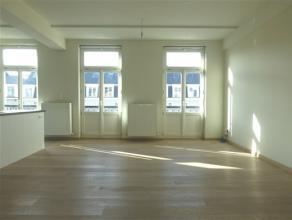 BRUXELLES, dans le Centre, proche de la Bourse, situé dans une construction récente, bel appartement de ±93m² habitables. Il