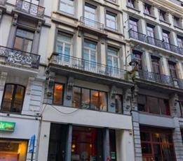 BRUXELLES, Centre, appartement de ±85m² habitables, situé au 5ème étage. Comprenant : lumineux séjour de &plus