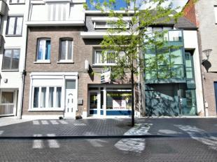 Te Boom hebben wij deze ruime woning te koop met een ruime inkomhal van 5,5m², aparte toilet, woonkamer van 22,33m² en open keuken met oven,