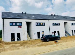 Er is nog 1 duplex van 125m² met 3 slaapkamers en een ruim terras van 35m² beschikbaar. U rijdt langs de zij oprit binnen om uw privé