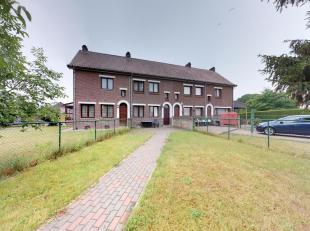 Deze gerenoveerde rijwoning met bijbouw  staat te koop in een kindvriendelijke, groene wijk van Eisden Tuinwijk tussen de Maasmechelen Village en de P