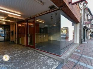 Pal in het centrum, aan één van de ingangen Shopping 3 staat deze kantoorruimte van 30m²  te huur.  Alle nodige voorzieningen zoals