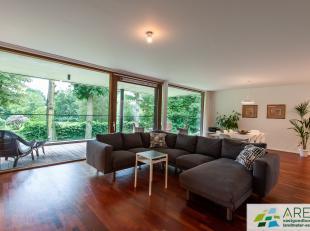 Pal in het dorpscentrum van Beerse, doch uitermate rustig en aangenaam gelegen, bevindt zich dit luxueus appartement op de eerste verdieping van het g