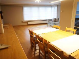 Volledig gerenoveerd hoek-appartement met drie slaapkamers gelegen op een centrale locatie te Deurne! Indeling: inkomhal, leefruimte op parket vloer m