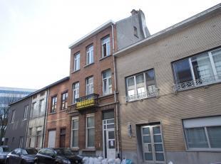 Opbrengsteigendom met vier appartementen gelegen nabij het station van Mechelen! Indeling - gelijkvloers studio: leefruimte met veel lichtinval, open