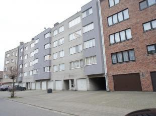 Zeer ruim appartement (bouwjaar 1992) met drie slaapkamers en ruim zuid terras, gelegen in een doodlopende straat te Borsbeek! Indeling: ruime inkomha