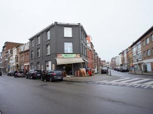 Opbrengsteigendom met 8 units + commerciële ruimte gelegen op een centrale locatie te Wilrijk! Indeling - gelijkvloers: winkelruimte verhuurd aan