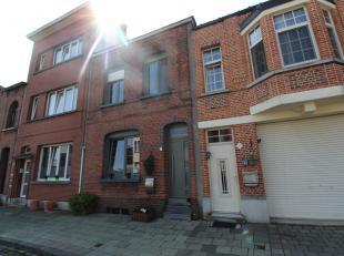 Charmante eengezinswoning met twee slaapkamers en zuid tuin. Zeer centraal gelegen te Wilrijk! Indeling: inkomhal, leefruimte met veel lichtinval, ver