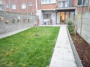 Volledig gerenoveerd gelijkvloers appartement met twee slaapkamers en ruime tuin te Wilrijk! Indeling: inkomhal met apart toilet, leefruimte met open