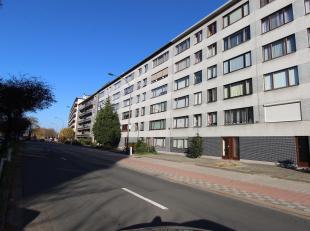 Gerenoveerd en ruim appartement met 3 slpk en terras gelegen te Merksem! Indeling: ruime inkomhal met apart toilet, leefruimte met veel lichtinval, ge