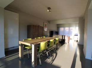 Zeer ruime eengezinswoning met drie tot vier slaapkamers, garage met oprit voor twee auto's en zuid georiënteerde tuin met terras. Gelegen in een
