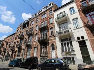 VERKOCHT! Te renoveren gelijkvloers appartement met stadstuin, gelegen in de Europese wijk te Brussel! Indeling: ruime woonkamer met aparte slaapkamer