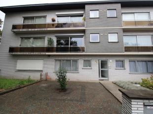 Goed onderhouden appartement met 2 slaapkamers, terras en garage. Gelegen vlakbij het centrum van Brasschaat! Indeling: ruime inkomhal met apart toile