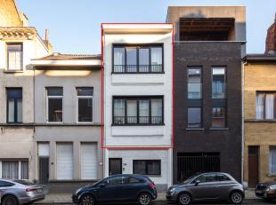 Volledig gerenoveerd duplex appartement met twee slaapkamers en twee terrassen. Gelegen in een opkomende buurt (Antwerpen-Dam) nabij Park Spoor Noord