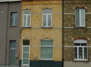 Deze volledig gerenoveerde woning beschikt over alle troeven die men wensen kan! Inkomhal met afzonderlijke fietsenberging, ruime living in parket met