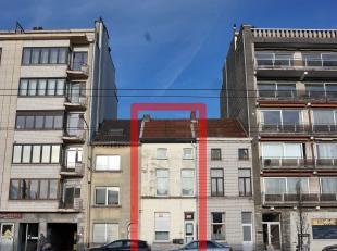 Deze goed gelegen te renoveren rijwoning bestaat uit een studio op de gelijkvloers en een appartement op de eerste&tweede verdieping. De studio be