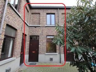 Deze gezellige 2 slpk stadswoning is gelegen in een uniek gerenoveerd woonerf net buiten de Gentse binnenstad. De woning omvat een een woonkamer open