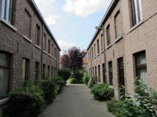 Deze gezellige stadswoning is gelegen in een uniek gerenoveerd woonerf net buiten de Gentse binnenstad. De woning omvat een een woonkamer en open keuk