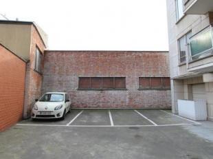 Deze privatieve parkeerplaats is gelegen in de onmiddellijke omgeving van de Vrijdagsmarkt, Oudburg en het Patershol. De autostaanplaats maakt deel ui
