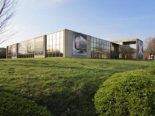 """Immeuble de bureaux flexible situé très proche de la sortie 10 """"Zellik"""". Bonne accessibilité en voiture. Possibilité dam&e"""