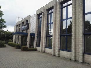 Le bâtiment est situé près de la sortie du E19. Des bureaux disponible entre 288m² et 754m². Il y a aussi des entrep&oci
