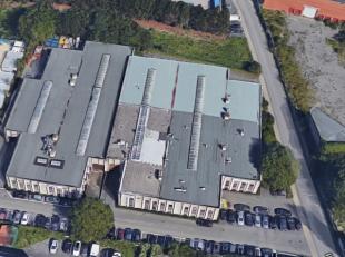 Bâtiment industriel composé d'un espace de stockage de 500m² et d'un espace de bureaux de 200m², situé près du Ri