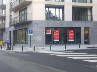 Het pand bevindt zich in de Parlementsstraat, vlakbij de Koningsstraat in een omgeving met veel passage van de kantoren eromheen. Zaken in de nabijhei